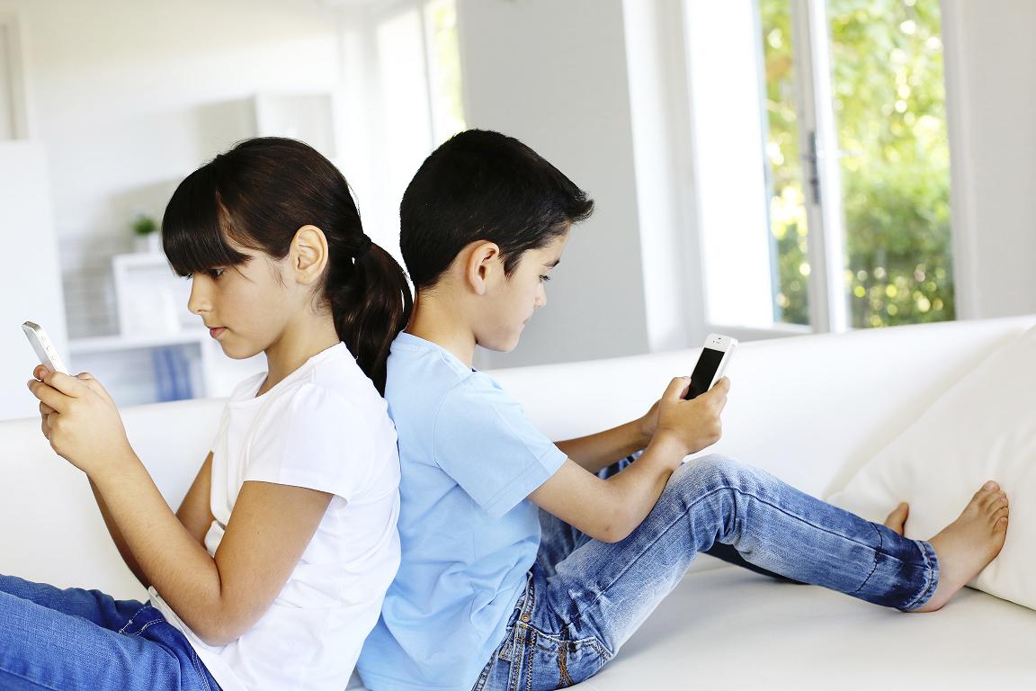 kids-on-smartphones
